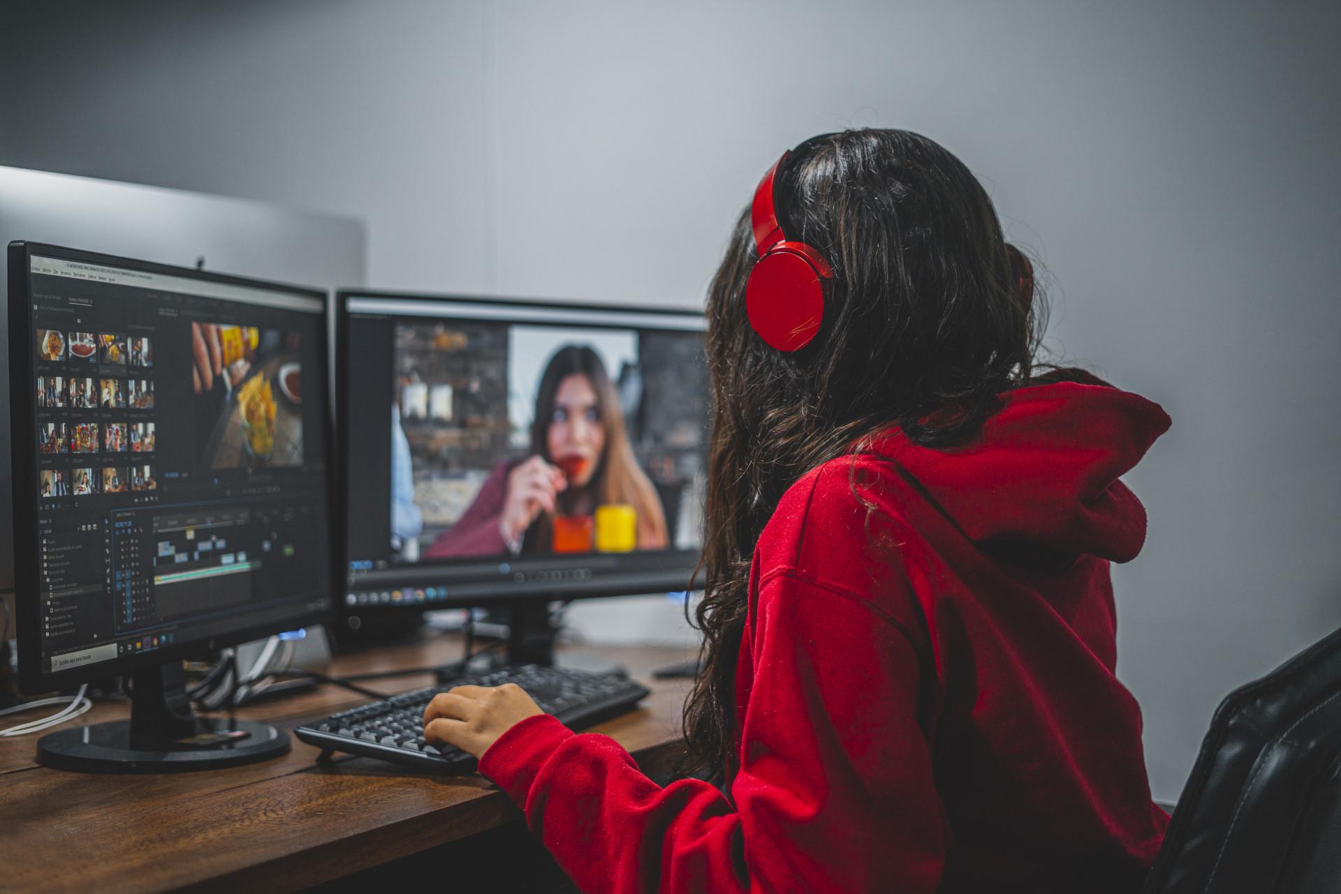 Une jeune femme fait du montage vidéo