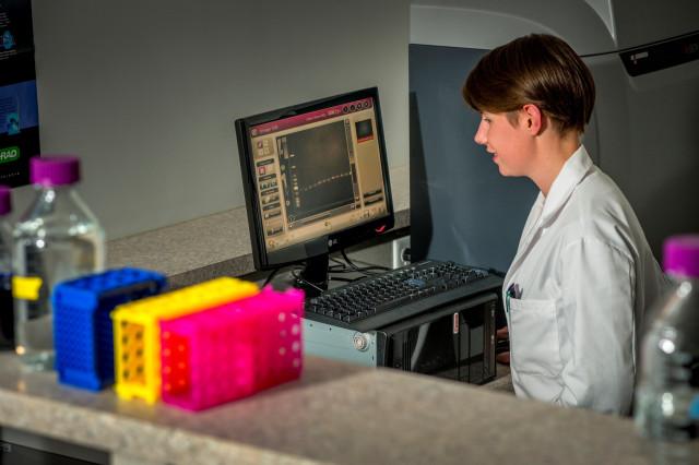 Une technicienne travaille un équipement de laboratoire