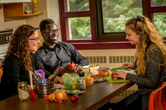 Des étudiants préparent de la nourriture