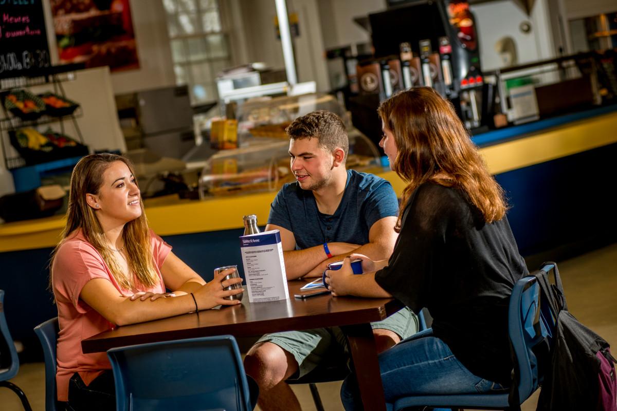 Trois étudiants au café Le castelet